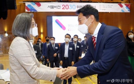 [사진]악수하는 오세훈 시장-이수정 교수