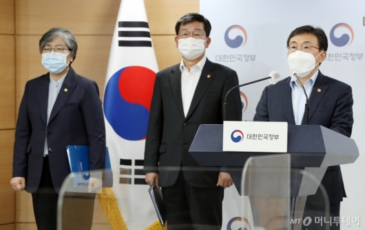 [사진]권덕철 장관, 코로나19 대응 특별방역점검회의 결과 브리핑