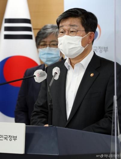 [사진]특별방역점검회의 결과 브리핑하는 전해철 장관