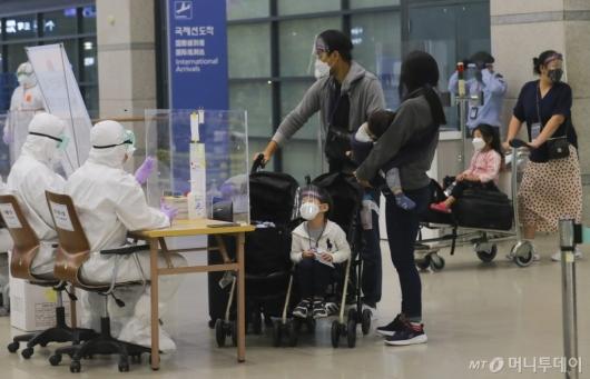 [사진]인천공항 도착한 인도 교민들