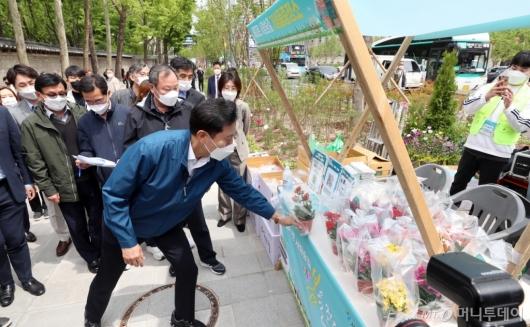 [사진]꽃 구매하는 오세훈 시장