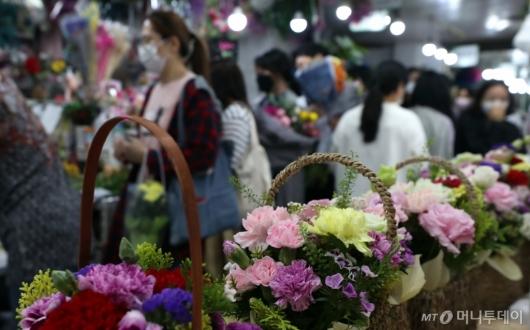 [사진]어버이날 하루 앞둔 꽃시장