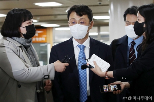 [사진]취재진 질문 받는 이진석 靑 국정상황실장