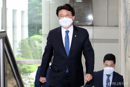 [사진]하명수사·선거개입 의혹 황운하 공판 출석