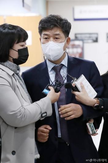 [사진]법정 향하는 백원우 전 청와대 민정비서관