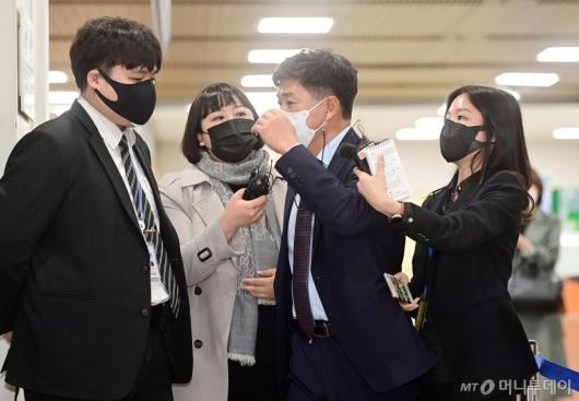 [사진]법정 향하는 백원우 전 청와대민정비서관