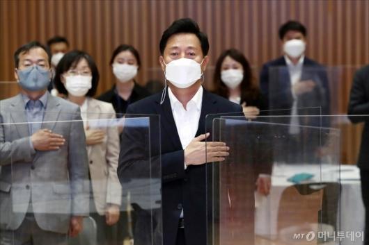 [사진]국민의례하는 오세훈 서울시장