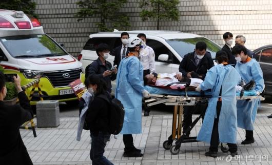 [사진]병원 이송되는 아시아나케이오 전 노조 지부장