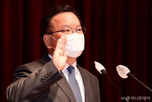 [사진]취임선서하는 김부겸 신임 총리