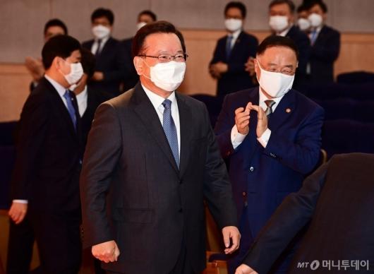 [사진]취임식 참석하는 김부겸 총리