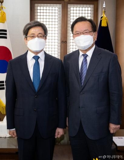 [사진]기념촬영하는 김부겸 총리-김명수 대법원장