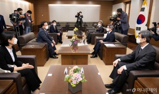 [사진]환담 갖는 김부겸 총리-김명수 대법원장