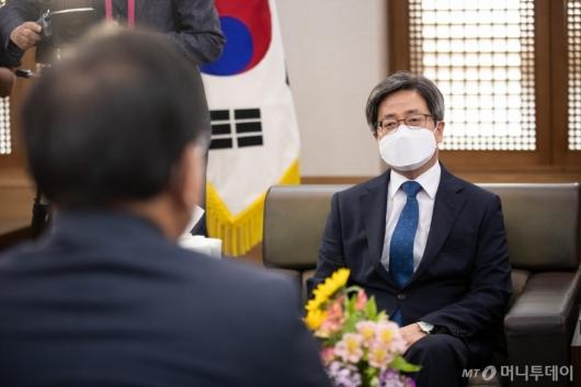 [사진]김부겸 총리와 환담하는 김명수 대법원장