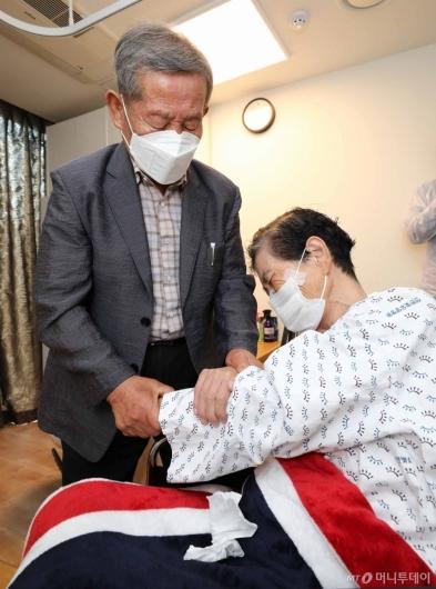 [사진]대면 면회하는 노부부