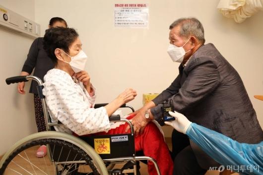 [사진]요양병원 대면 면회