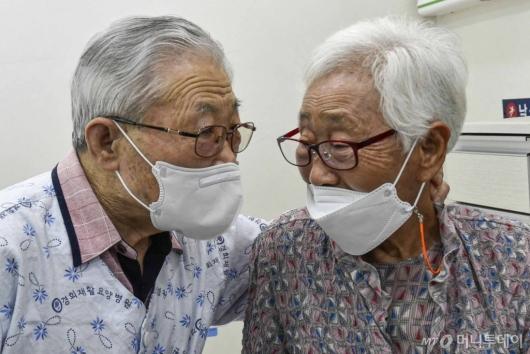 [사진]다시 만난 노부부