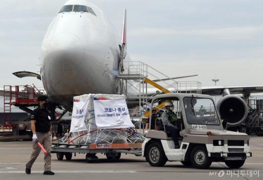 [사진]항공기서 옮겨지는 모더나 백신