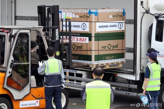 [사진]수송 차량에 옮겨지는 모더나 백신