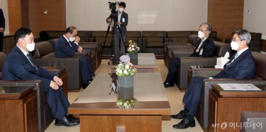 [사진]김오수 신임 검찰총장과 환담 나누는 대법원장