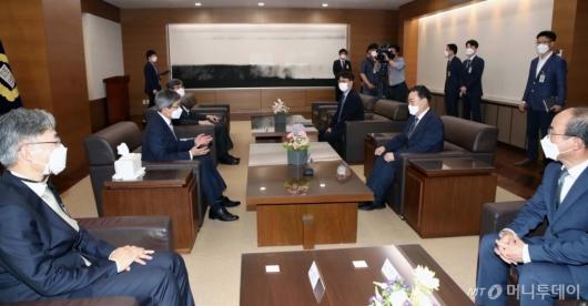 [사진]김명수 대법원장, 김오수 신임 검찰총장과 환담