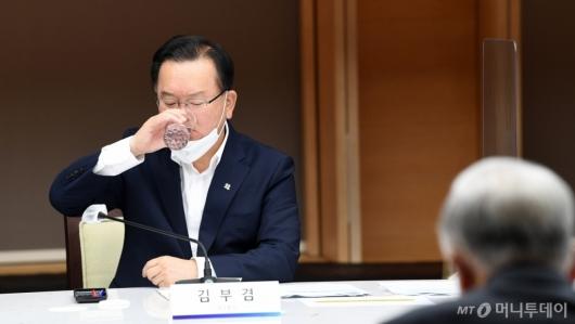 [사진]목 축이는 김부겸 총리