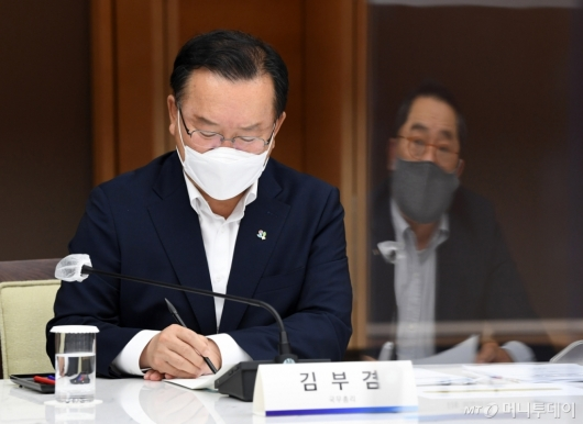 [사진]경제단체장 발언 메모하는 김부겸 총리