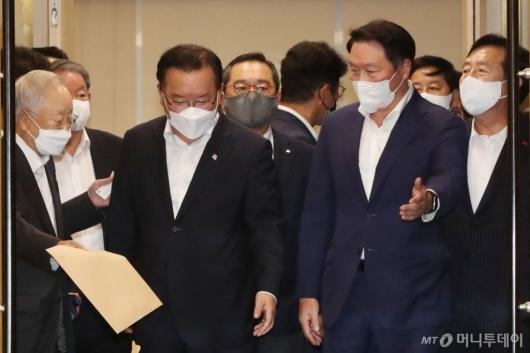 [사진]경제단체장과 간담회 참석하는 김부겸 총리