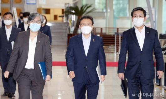 [사진]브리핑 참석하는 권덕철-전해철-정은경