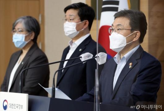 [사진]특별방역점검회의 브리핑하는 권덕철 장관