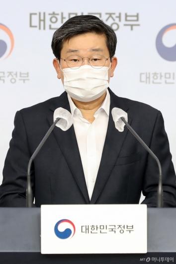 [사진]특별방역점검회의 브리핑하는 전해철 장관