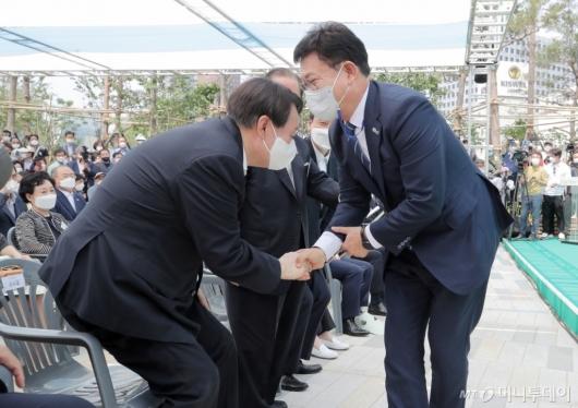 [사진]송영길 대표와 인사하는 윤석열