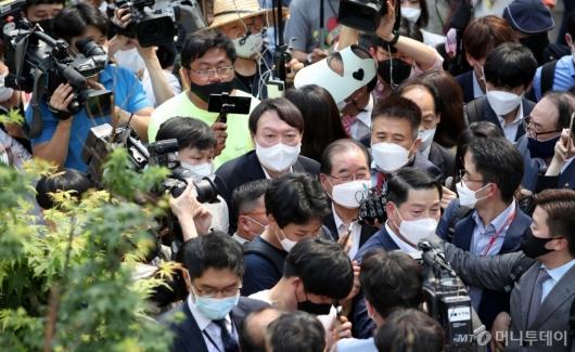 [사진]취재진에 둘러싸인 윤석열