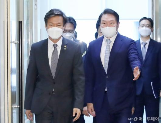 [사진]국세청장 만난 최태원 대한상의 회장