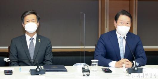 [사진]간담회 참석한 김대지 국세청장-최태원 회장