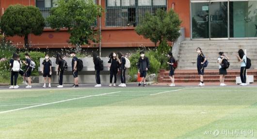 [사진]교실 가기 전 발열체크