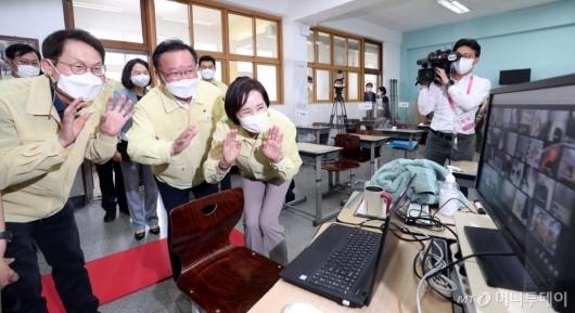 [사진]학생들과 인사하는 김부겸 총리