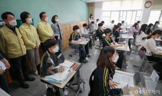 [사진]수업 참관하는 김부겸 총리