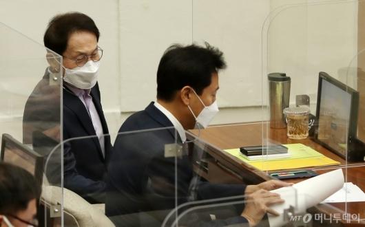 [사진]서울시의회 본회의 참석한 오세훈-조희연