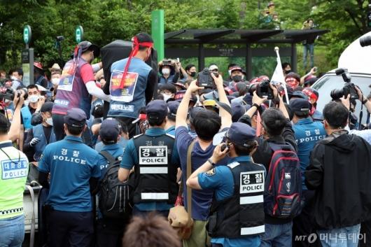 [사진]경찰과 대치 속 방송장비 옮기는 택배노조