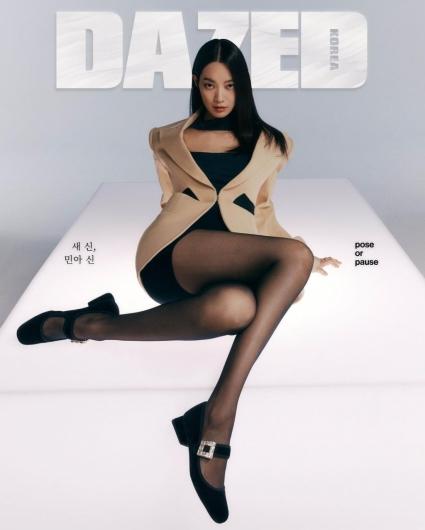 신민아, 검은 스타킹 신고 뽐낸 각선미…요염한 자태 '깜짝'