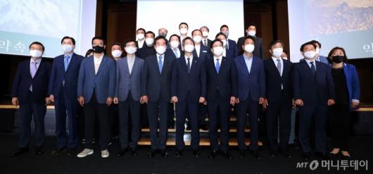 [사진]'남북합의 이행' 토론회 기념촬영하는 참석자들