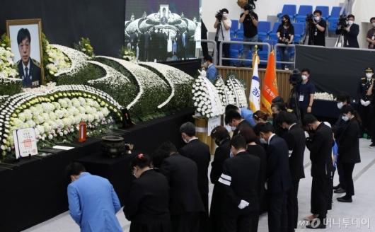 [사진]묵념하는 유가족