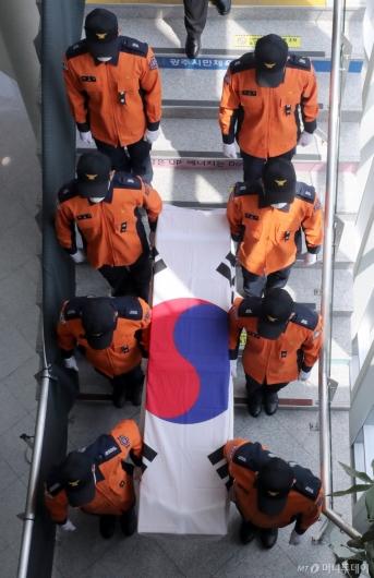 [사진]영결식장 나서는 고 김동식 소방령 운구행렬