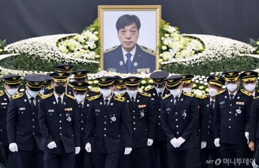 [사진]슬픔에 잠긴 동료들