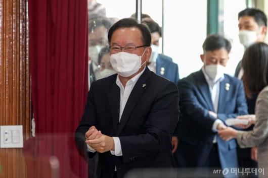 [사진]아동학대 대응 현장 간담회 참석하는 김부겸 총리