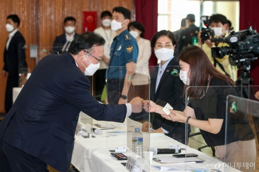 [사진]참석자들과 인사하는 김부겸 총리