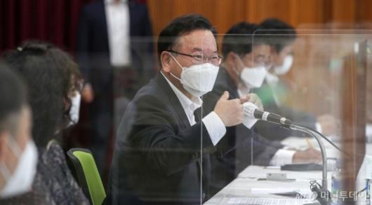 [사진]아동학대 대응 간담회 발언하는 김부겸