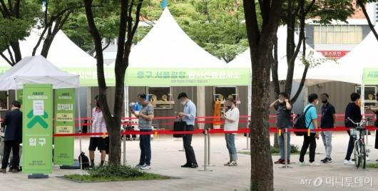 [사진]코로나 비상에 서울광장 선별진료소 재등장