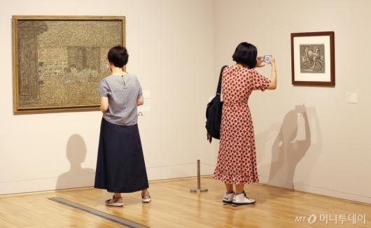 [사진]'이건희 컬렉션' 관람하는 시민들