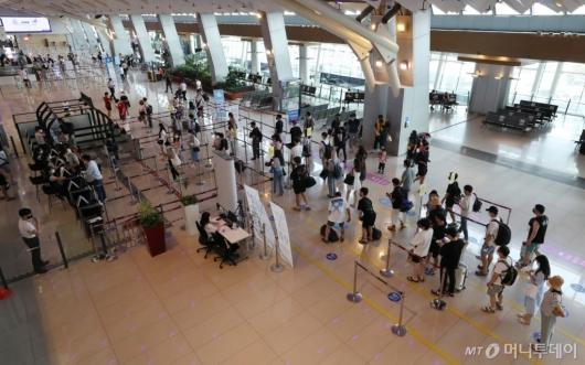 [사진]탑승수속하는 국내선 여행객들